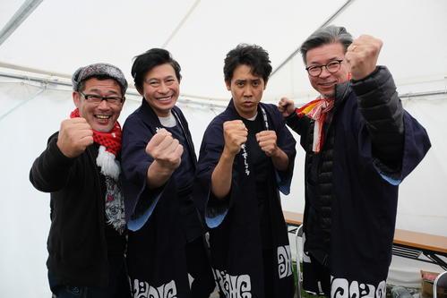 写真撮影では気合バッチリの(左から)藤村D、鈴井、大泉、嬉野D(C)HTB