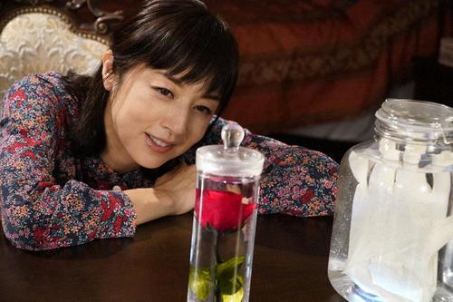 雨宮リカ(高岡早紀)は、バラと手術用の手袋の浸った瓶を前に「もう少しよ…」と語りかける(C)東海テレビ