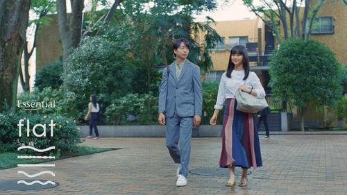 花王「エッセンシャルflat」CMで夫婦役を演じる櫻井翔(左)と多部未華子