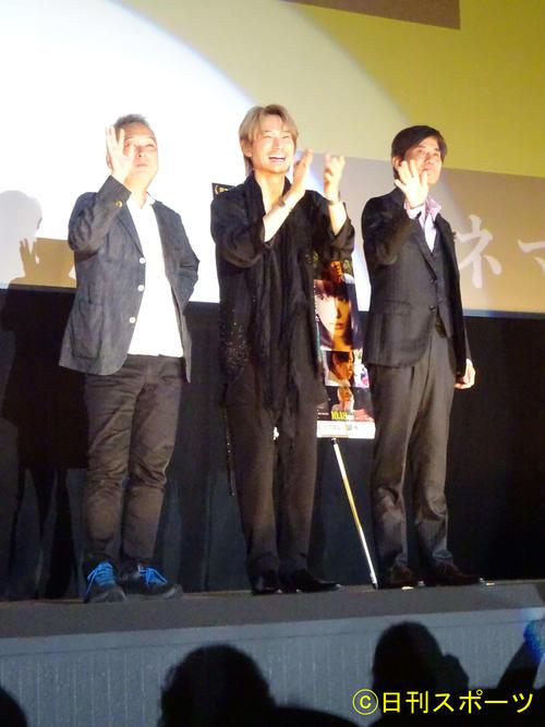 大阪で映画「楽園」公開記念舞台あいさつを行った(左から)瀬々敬久監督、綾野剛、佐藤浩市(撮影・加藤裕一)