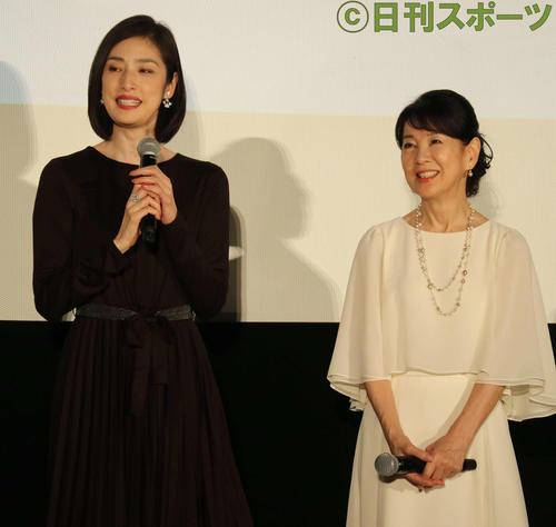 映画「最高の人生の見つけ方」の初日舞台あいさつに出席した天海祐希(左)と吉永小百合