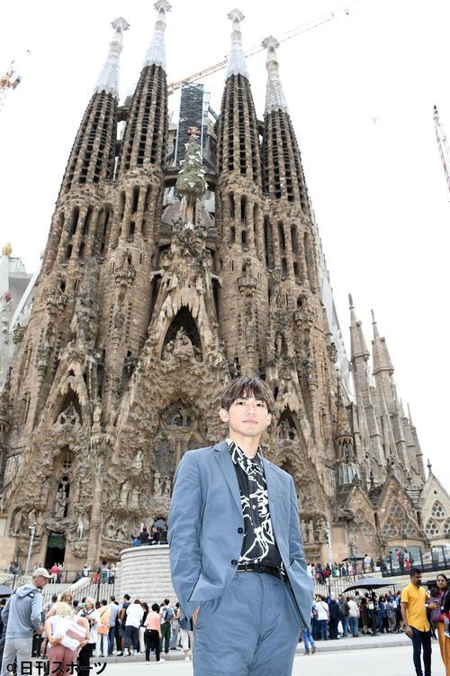 バルセロナを訪れサグラダ・ファミリアを前にポーズを決めるEXILE NAOTO(撮影・大友陽平)