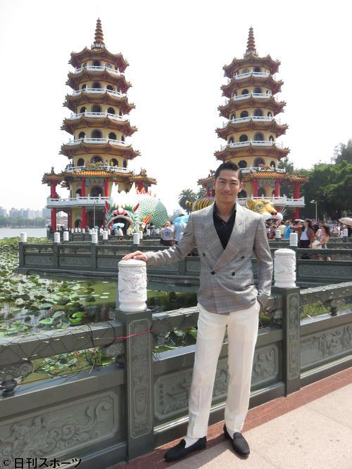 「高雄国際映画祭」で高雄を訪れ市内の蓮池潭でポーズを決めるAKIRA