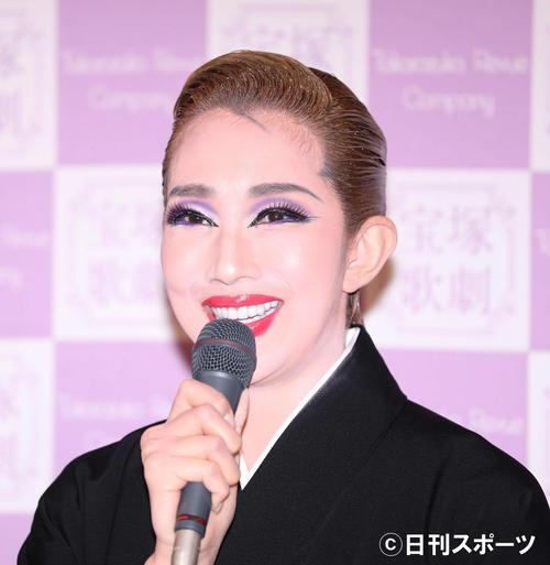 笑顔で退団記者会見に臨む、宝塚歌劇団星組の紅ゆずる(撮影・河田真司)