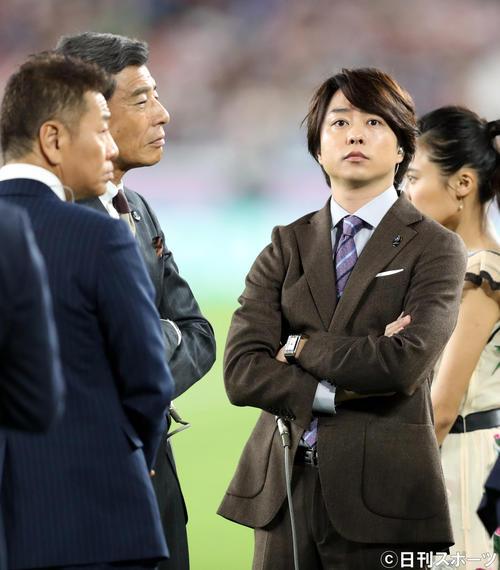 日本対スコットランド 試合前、観客席を見つめる嵐の櫻井翔(右)(撮影・狩俣裕三)