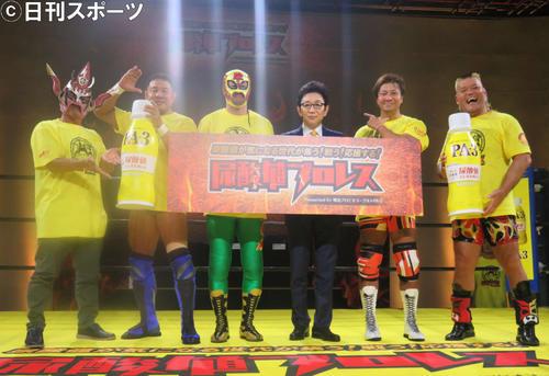「尿酸値プロレス」の参加メンバー。左から獣神サンダーライガー、永田裕志、尿酸値気になりマスク、古舘伊知郎、小島聡、天山広吉