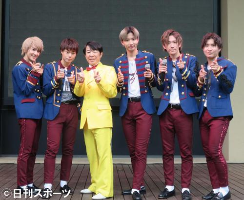 ダンディ坂野(左から3人目)はCUBERSのイベントにゲスト出演。左から末吉9太郎、優、1人おいてTAKA、春斗、綾介