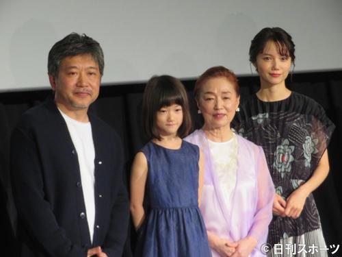 映画「真実」公開記念舞台あいさつに出席した、左から是枝裕和監督、佐々木みゆ、宮本信子、宮崎あおい