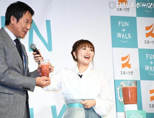 「FUN+WALK MORNING」PRイベントで鈴木大地スポーツ庁長官(左)に特製スムージーを振る舞い笑顔の高橋みなみ(撮影・大友陽平)