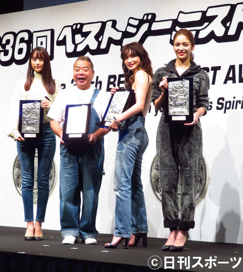 「第36回ベストジーニスト」表彰式で左から山本美月、出川哲朗、長谷川京子、E-girls楓(撮影・大井義明)