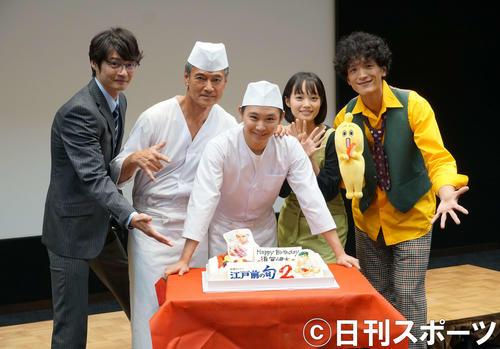 誕生日を迎えた須賀健太(中央)を囲む共演者。左から田中幸太朗、渡辺裕之、1人おいて佐藤玲、渡部豪太(撮影・遠藤尚子)