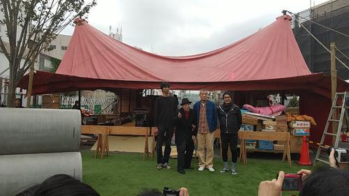 久しぶりに元気な姿を見せた唐十郎(左から2人目)。左から本多劇場グループ総支配人本多慎一郎氏、唐、柄本明、唐組座長代行久保井研