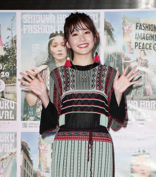 渋谷原宿ファッションフェスティバルのキックオフイベントでカメラに向かって手を振る久間田琳加(撮影・丹羽敏通)