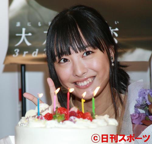 バースデーケーキを前に記念撮影する大友花恋(撮影・中島郁夫)