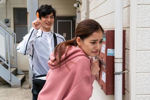 再開した元カレのマコチ(高良健吾=左)のノー感じな言動にユリカ(新木優子)は傷つく (C)フジテレビ