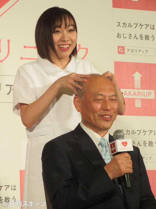 舛添要一氏(右)に頭皮マッサージを行う須田亜香里