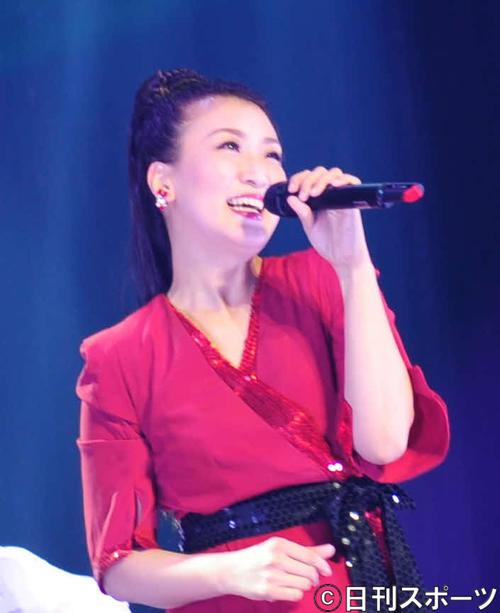 コンサートで熱唱する市川由紀乃(撮影・松本久)