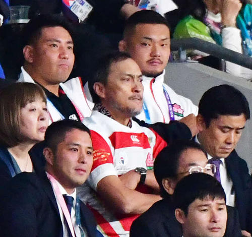 日本代表のユニホームを着て、ラグビーW杯南アフリカ戦を観戦する渡辺謙(中央)(撮影・清水貴仁)