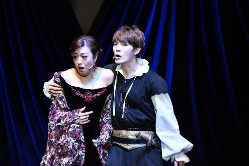 「ハムレット」に主演するキム・ヨンソク(右)と北翔海莉