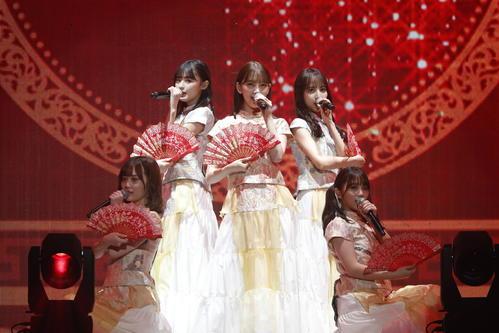 中国王宮風の衣装で「バレッタ」を披露する乃木坂46