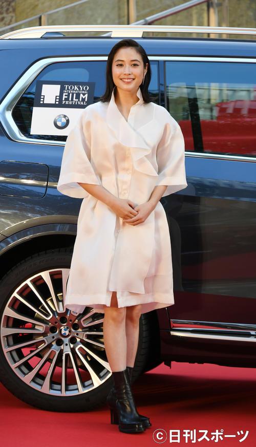 東京国際映画祭のレッドカーペットで、ポーズをとる広瀬アリス(撮影・酒井清司)