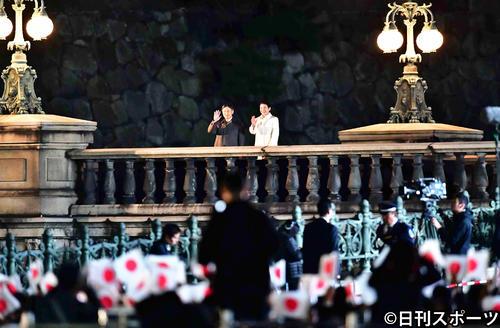 天皇陛下御即位をお祝いする国民祭典にお出ましになり、二重橋の上から手を振る天皇皇后両陛下(撮影・小沢裕)