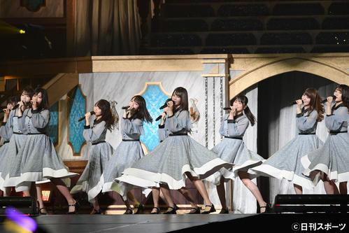 ステージを盛り上げる小坂菜緒(手前中央)ら日向坂46(2019年9月26日撮影)