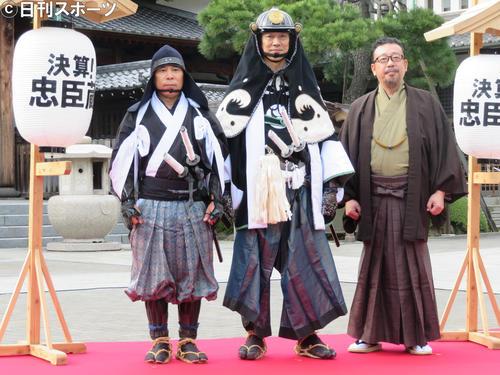 映画「決算!忠臣蔵」のイベントを行った左から岡村隆史、堤真一、中村義洋監督