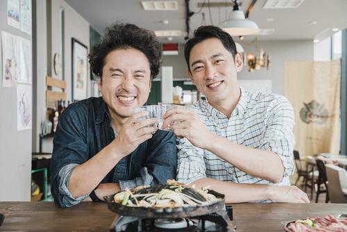 40代独身同士でラブラブのムロツヨシ(左)と小泉孝太郎(C)フジテレビ
