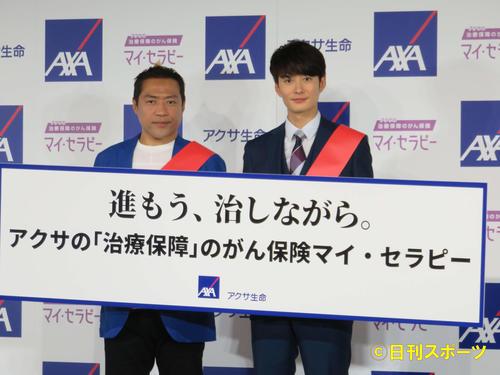 新CM発表会に登場したはなわ(左)と岡田将生