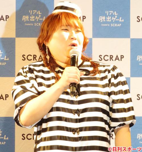 SCRAPナゾビル吉祥寺のオープンイベントでものまねを披露するりんごちゃん(撮影・佐藤成)