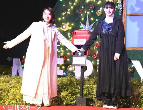 クリスマスツリー点灯式に出席した鈴木亜美(左)と浅川梨奈(撮影・大友陽平)