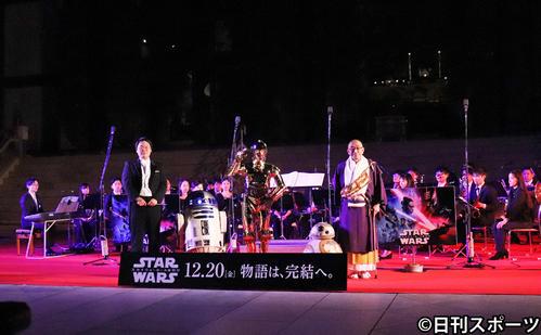 東大寺の大仏殿前で、映画「スター・ウォーズ」の楽曲が奉納された。左から吹奏楽を率いた東郷源氏、R2-D2、C-3PO、BB-8、華厳宗管長の狹川普文氏(撮影・久保勇人)