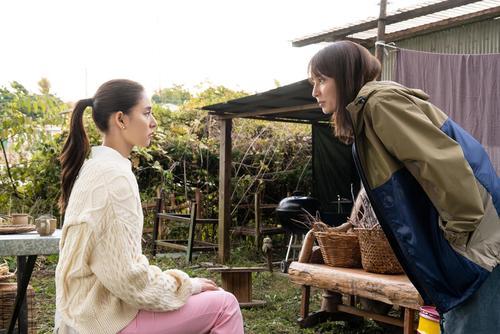 難波ユリカ(新木優子=左)は温泉で草木染め作家の蓮沼桃香(矢田亜希子)と知り合う
