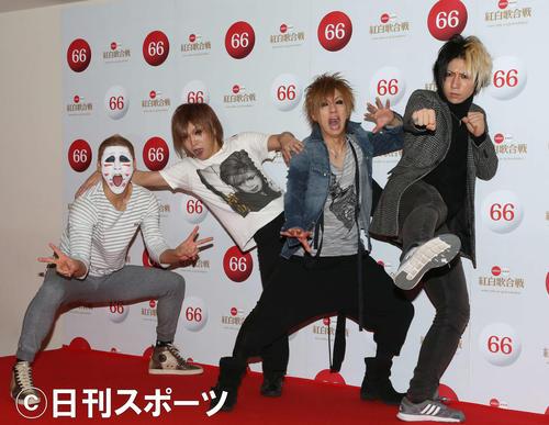 第66回NHK紅白歌合戦に出場したゴールデンボンバー。左から樽美酒研二、鬼龍院翔、喜屋武豊、歌広場淳(2015年12月29日撮影)