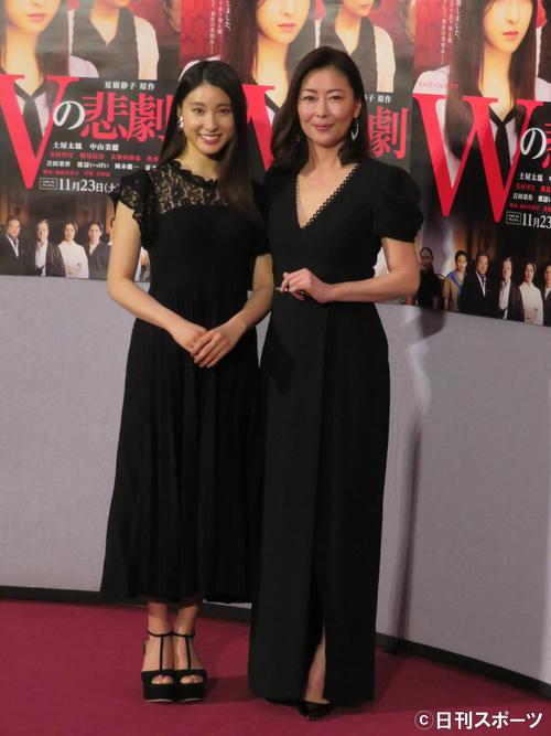 NHKBSプレミアム「Wの悲劇」の会見を行った土屋太鳳(左)と中山美穂