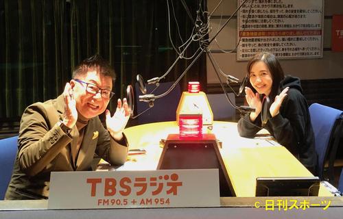 生島ヒロシ(左)と収録を行った優木まおみ