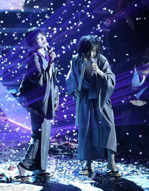 熱唱する椎名林檎と宮本浩次(右)(2018年12月31日撮影)