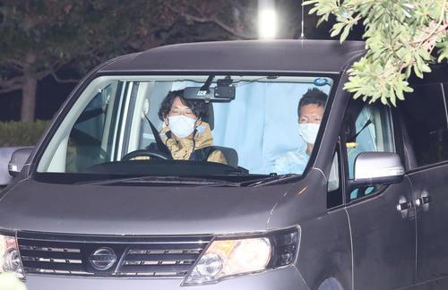 湾岸署に入る、沢尻エリカ容疑者を乗せたと思われる車(撮影・足立雅史)