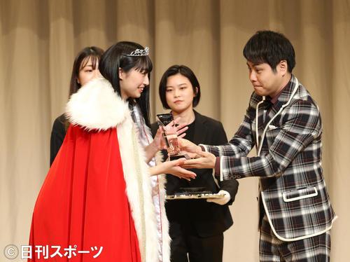美笑女グランプリ決勝で、見事グランプリに選ばれ、応援サポーターのNONSTYLEの井上裕介からトロフィーを授与される高野渚さん(左)(撮影・白石智彦)