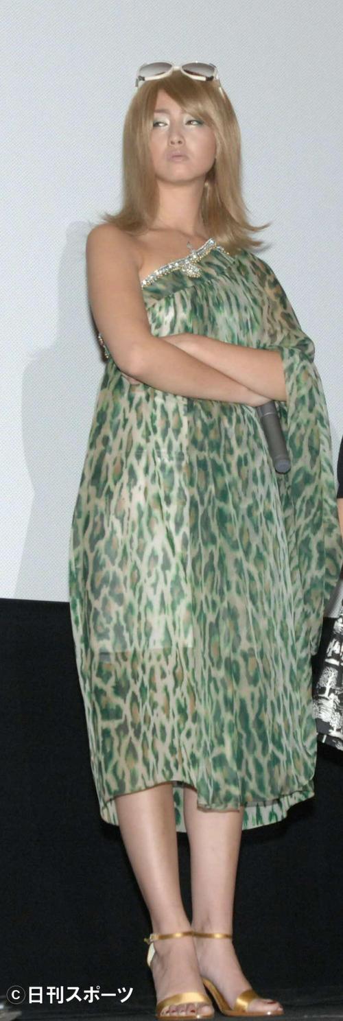 映画「クローズド・ノート」舞台あいさつで、腕を組み不機嫌な表情(07年)