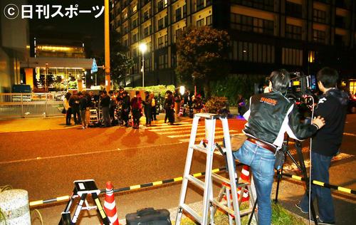 東京湾岸署前に集まった多くの報道陣(撮影・足立雅史)