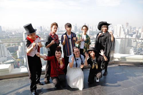 「KAT-TUNの世界一タメになる旅!+」のスペシャルでバンコクを訪れたKAT-TUNら。前列左から平野ノラ、白鳥久美子、大久保佳代子。後列左から斎藤司、上田竜也、中丸雄一、亀梨和也、山崎静代