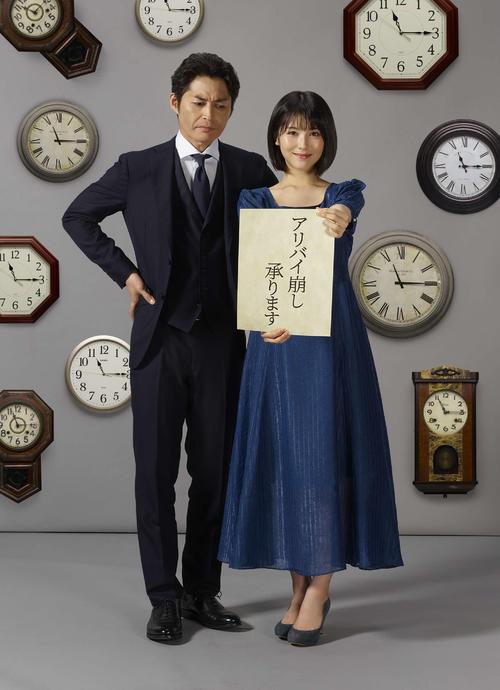 テレビ朝日系ドラマ「アリバイ崩し承ります」に主演する浜辺美波(右)と共演の安田顕
