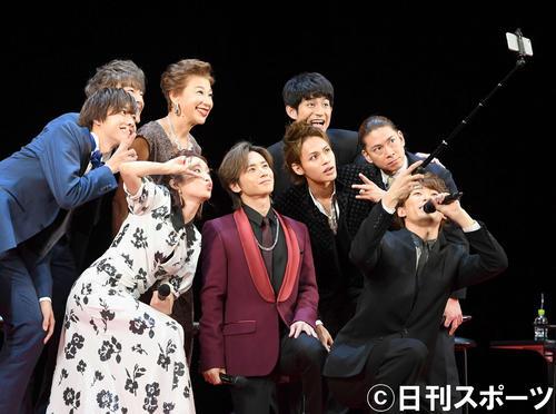 舞台「Endless SHOCK」のSNS告知用の写真に納まる堂本光一(中央)と出演者たち(撮影・たえ見朱実)