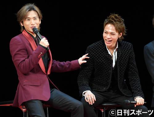 舞台「Endless SHOCK」の制作発表会見で堂本光一(左)からエピソードを暴露されたじたじのKAT-TUNの上田竜也(撮影・たえ見朱実)