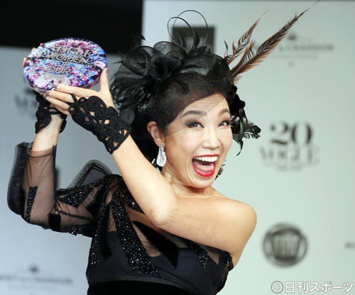 ヴォーグジャパン・ウーマン・オブ・ザ・イヤー2019授賞式でトロフィーを手に笑顔を見せる松任谷由実(撮影・狩俣裕三)