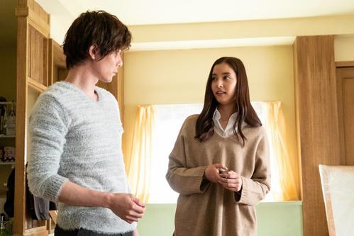 元彼の翔(柿澤勇人=左)から、再びラブコールを送られたユリカ(新木優子)