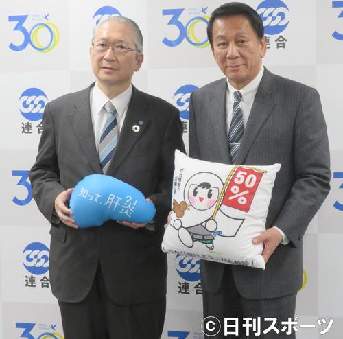 日本労働組合総連合会を表敬訪問した杉良太郎(右)。左は日本労働組合総連合会神津会長(撮影・佐藤成)