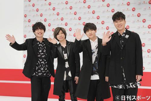 14日、第70回NHK紅白歌合戦の発表会見で撮影に応じるOfficial髭男dism、左から3人目が藤原